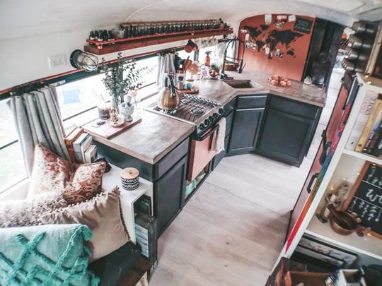 Cuộc sống thú vị của gia đình biến xe buýt thành nhà để đi du lịch - Ảnh 7.