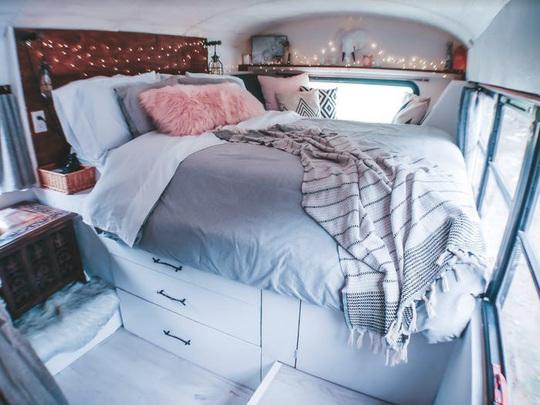 Cuộc sống thú vị của gia đình biến xe buýt thành nhà để đi du lịch - Ảnh 9.