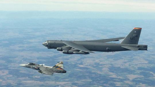 Màn khoe sức mạnh dễ nể của 86 máy bay quân sự NATO - Ảnh 2.