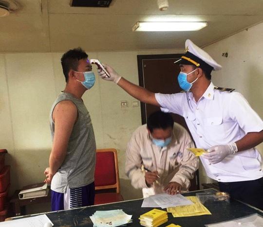 Cách ly 21 người Trung Quốc nhập cảnh vào Quảng Bình trên tàu Amoy Dream - Ảnh 2.