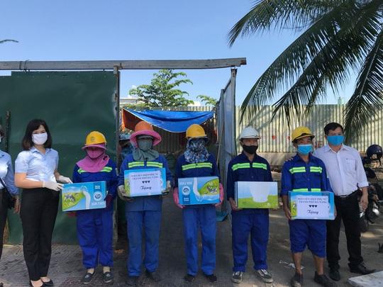 Trao tặng 2.500 thùng sữa, tiếp sức chống dịch Covid-19 ở Đà Nẵng - Ảnh 2.