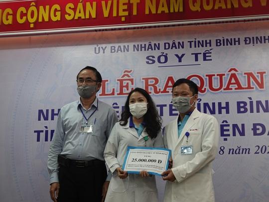 Xúc động buổi tiễn đoàn nhân viên y tế Bình Định lên đường chi viện cho Đà Nẵng - Ảnh 3.