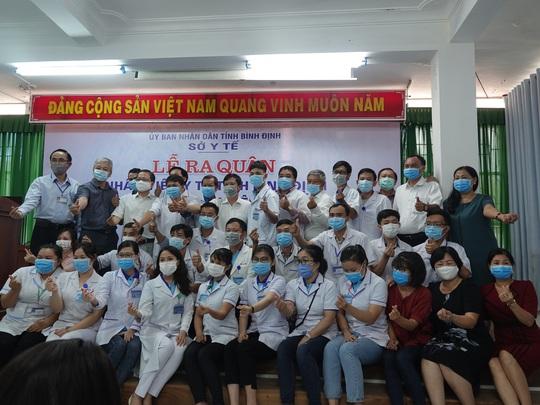 Xúc động buổi tiễn đoàn nhân viên y tế Bình Định lên đường chi viện cho Đà Nẵng - Ảnh 1.