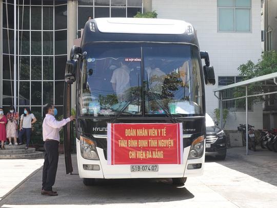 Xúc động buổi tiễn đoàn nhân viên y tế Bình Định lên đường chi viện cho Đà Nẵng - Ảnh 6.