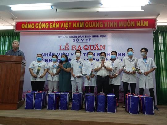 Xúc động buổi tiễn đoàn nhân viên y tế Bình Định lên đường chi viện cho Đà Nẵng - Ảnh 2.