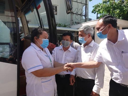 Xúc động buổi tiễn đoàn nhân viên y tế Bình Định lên đường chi viện cho Đà Nẵng - Ảnh 5.
