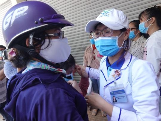 Xúc động buổi tiễn đoàn nhân viên y tế Bình Định lên đường chi viện cho Đà Nẵng - Ảnh 4.