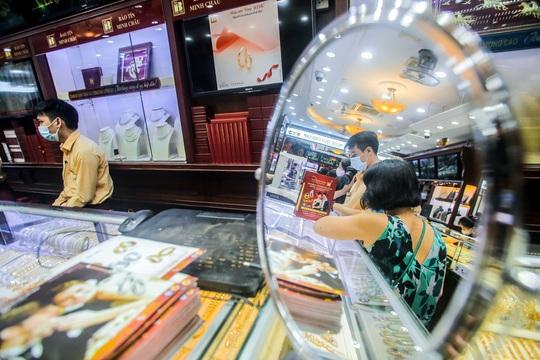 Giá vàng vượt mốc 62 triệu đồng/lượng: Người dân tấp nập mua bán - Ảnh 7.