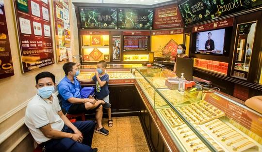 Giá vàng vượt mốc 62 triệu đồng/lượng: Người dân tấp nập mua bán - Ảnh 13.