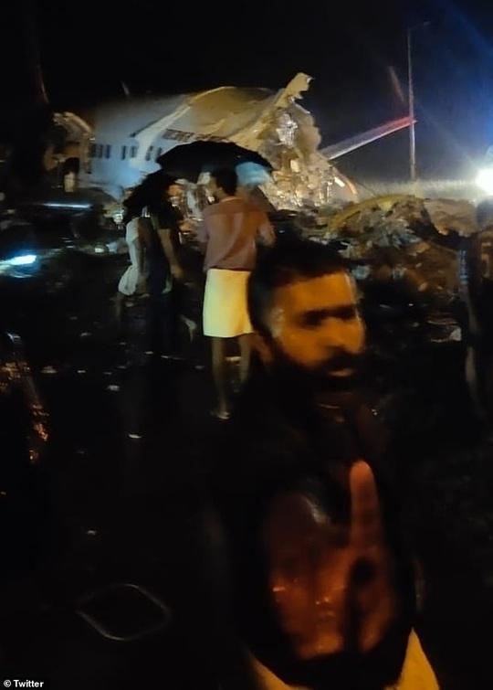 Máy bay Ấn Độ trượt đường băng, vỡ làm đôi, cả 2 phi công tử vong - Ảnh 3.
