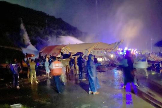 Máy bay Ấn Độ trượt đường băng, vỡ làm đôi, cả 2 phi công tử vong - Ảnh 4.
