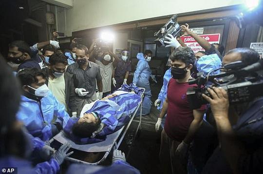 Máy bay Ấn Độ trượt đường băng, vỡ làm đôi, cả 2 phi công tử vong - Ảnh 6.
