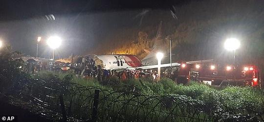 Máy bay Ấn Độ trượt đường băng, vỡ làm đôi, cả 2 phi công tử vong - Ảnh 5.