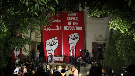 Biểu tình sau vụ nổ Beirut: Cảnh sát thiệt mạng, hàng trăm người bị thương - Ảnh 1.