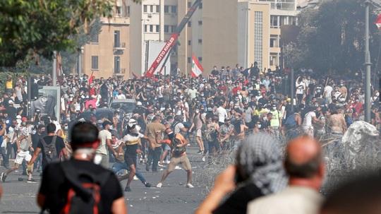 Biểu tình sau vụ nổ Beirut: Cảnh sát thiệt mạng, hàng trăm người bị thương - Ảnh 2.