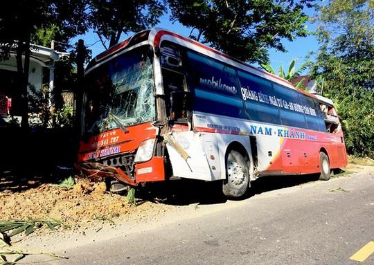 Quảng Bình: Xe khách tông vào hàng rào nhà dân, 19 hành khách một phen... thót tim - Ảnh 1.