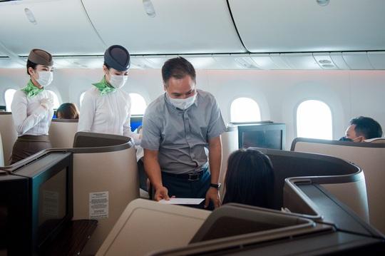 Chủ tịch Bamboo Airways xuất hiện trên khoang tặng quà hành khách trước thềm Quốc khánh 2-9 - Ảnh 6.