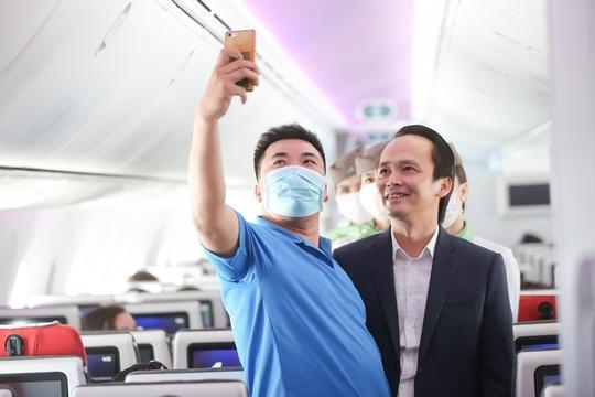 Chủ tịch Bamboo Airways xuất hiện trên khoang tặng quà hành khách trước thềm Quốc khánh 2-9 - Ảnh 9.