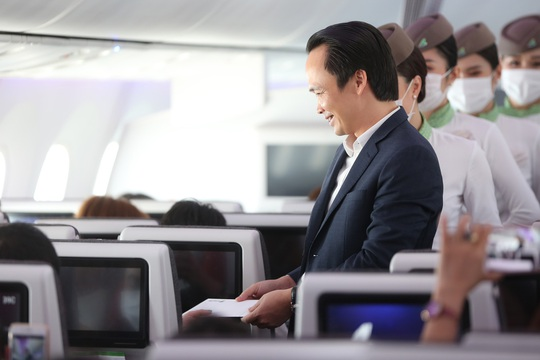 Chủ tịch Bamboo Airways xuất hiện trên khoang tặng quà hành khách trước thềm Quốc khánh 2-9 - Ảnh 10.