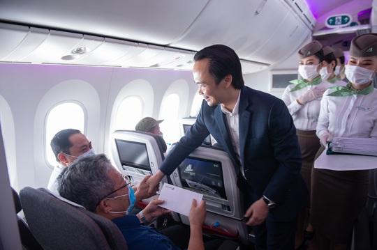 Chủ tịch Bamboo Airways xuất hiện trên khoang tặng quà hành khách trước thềm Quốc khánh 2-9 - Ảnh 5.