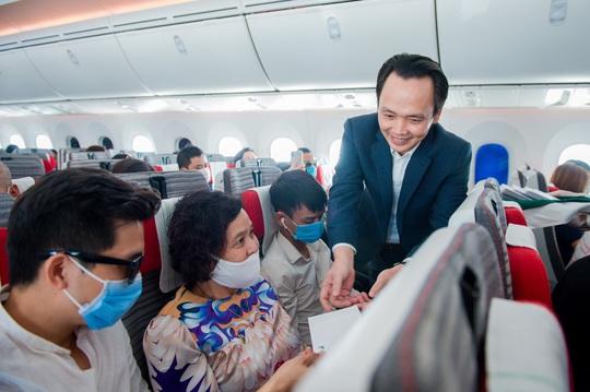 Chủ tịch Bamboo Airways xuất hiện trên khoang tặng quà hành khách trước thềm Quốc khánh 2-9 - Ảnh 4.
