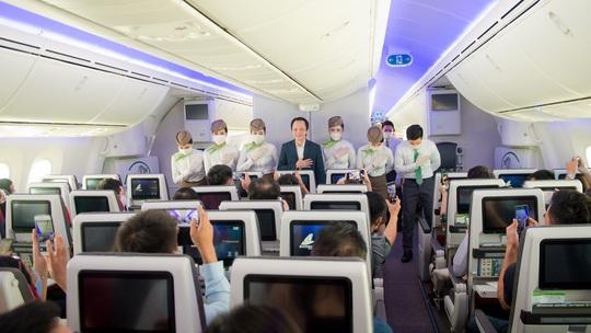 Chủ tịch Bamboo Airways xuất hiện trên khoang tặng quà hành khách trước thềm Quốc khánh 2-9 - Ảnh 2.