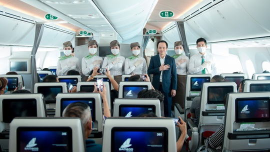 Chủ tịch Bamboo Airways xuất hiện trên khoang tặng quà hành khách trước thềm Quốc khánh 2-9 - Ảnh 1.