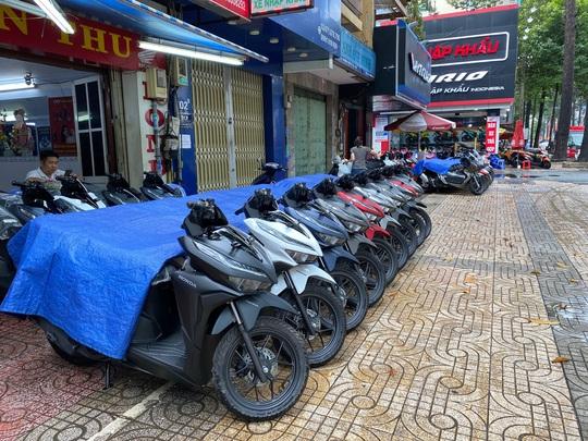 Xe máy ngoại nhập đua nhau giảm giá - Ảnh 1.