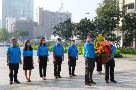 Lãnh đạo TP HCM dâng hoa, dâng hương Chủ tịch Hồ Chí Minh - Ảnh 7.