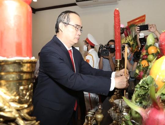 Lãnh đạo TP HCM dâng hoa, dâng hương Chủ tịch Hồ Chí Minh - Ảnh 5.