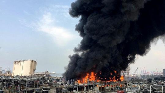 Vụ nổ hóa chất chưa lắng xuống, cảng Beirut lại ngùn ngụt khói lửa - Ảnh 2.