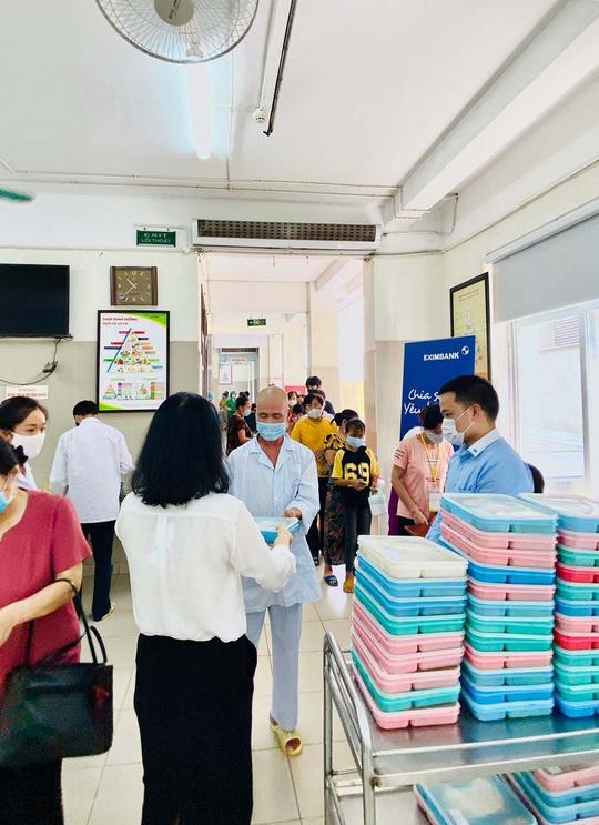 Eximbank hỗ trợ bệnh nhân Viện Huyết học - Truyền máu trung ương - Ảnh 2.