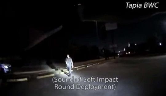 Bốn cảnh sát Mỹ bắn 24 lần vào người đàn ông trên mặt đất - Ảnh 2.