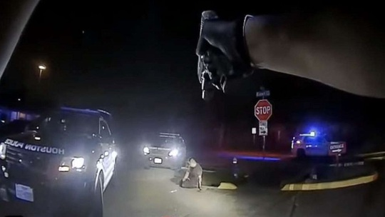 Bốn cảnh sát Mỹ bắn 24 lần vào người đàn ông trên mặt đất - Ảnh 1.