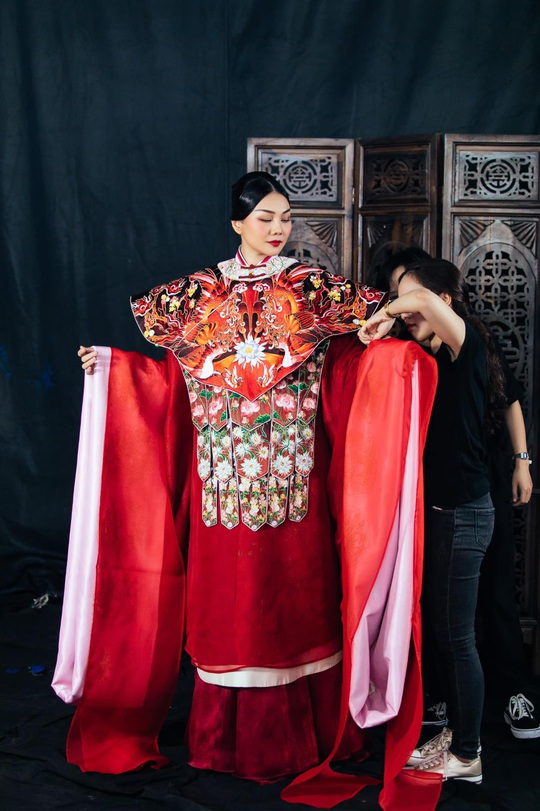 Trang phục Thái hậu Dương Vân Nga giống thời Mãn Thanh, nhà thiết kế nói gì? - Ảnh 3.