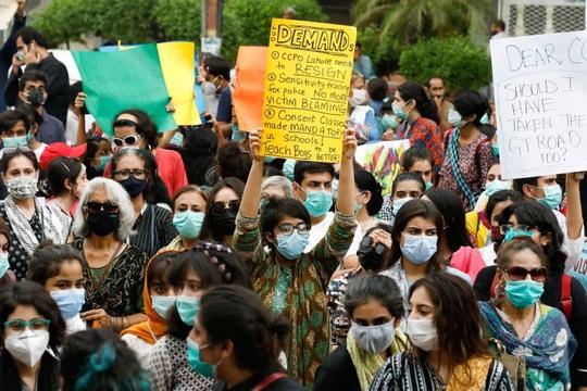 Pakistan ngùn ngụt lửa giận vì phụ nữ bị cưỡng hiếp trước mặt con - Ảnh 1.