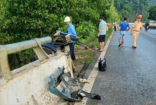 Xe tải tông thành cầu rồi lao xuống vực sâu, 1 người tử vong - Ảnh 2.