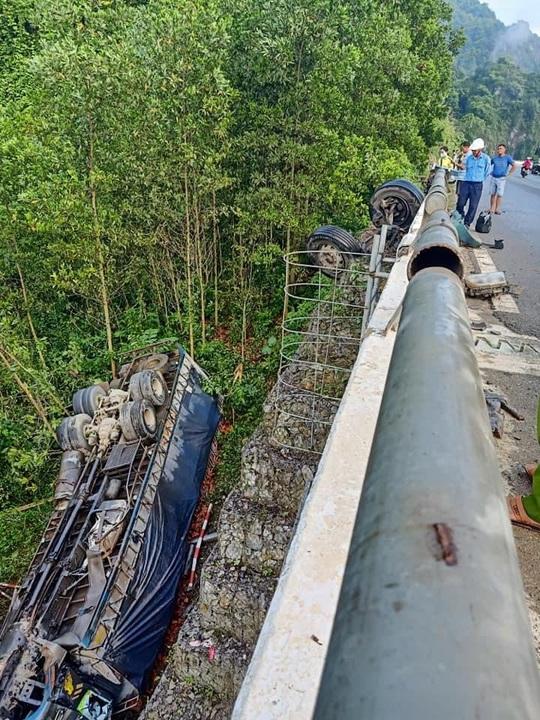 Xe tải tông thành cầu rồi lao xuống vực sâu, 1 người tử vong - Ảnh 1.