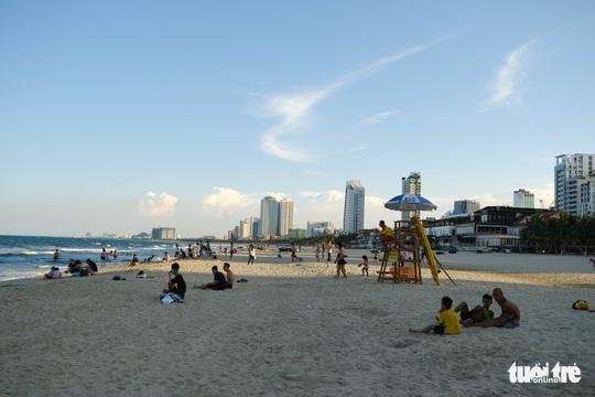 Biển Đà Nẵng đông đúc trở lại sau nhiều ngày vắng bóng người - Ảnh 2.