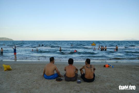 Biển Đà Nẵng đông đúc trở lại sau nhiều ngày vắng bóng người - Ảnh 3.