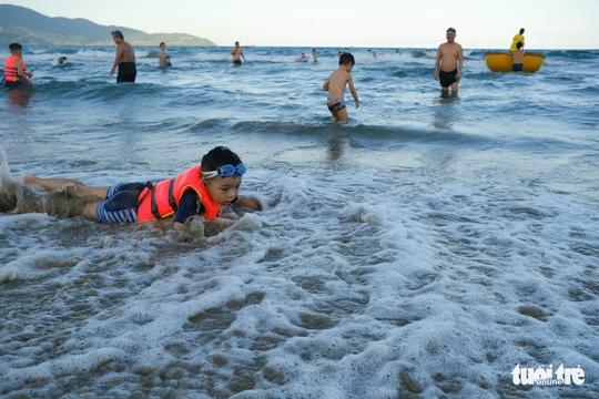 Biển Đà Nẵng đông đúc trở lại sau nhiều ngày vắng bóng người - Ảnh 4.