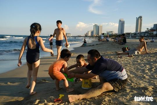 Biển Đà Nẵng đông đúc trở lại sau nhiều ngày vắng bóng người - Ảnh 5.