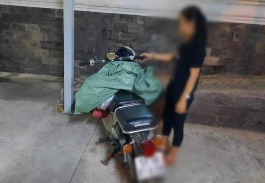 TP HCM: Bắt quả tang một phụ nữ đổ trộm bao rác, phạt 4 triệu đồng - Ảnh 1.