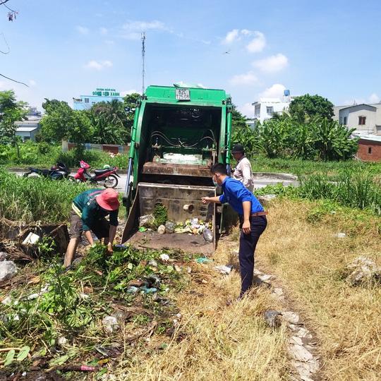 TP HCM: Bắt quả tang một phụ nữ đổ trộm bao rác, phạt 4 triệu đồng - Ảnh 3.