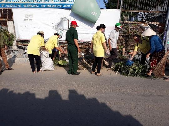 TP HCM: Bắt quả tang một phụ nữ đổ trộm bao rác, phạt 4 triệu đồng - Ảnh 5.