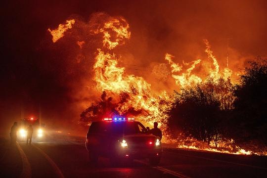 Hoả ngục bất thường ở Mỹ: Lốc xoáy lửa liên tiếp, cột khói cao khủng khiếp - Ảnh 3.
