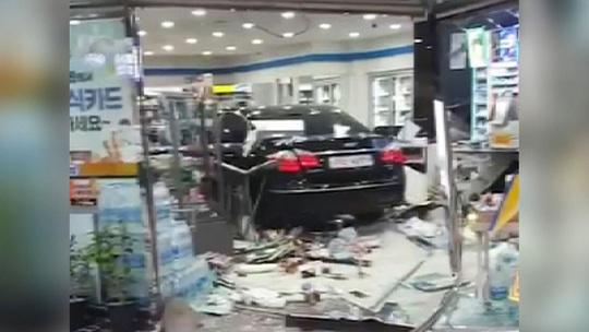 Mâu thuẫn với chủ cửa hàng, lái xe tông tan tành cửa tiệm - Ảnh 2.