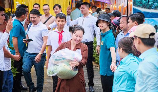 Gần ngàn phần quà hỗ trợ các hoàn cảnh khó khăn tại Phú Quốc - Ảnh 2.