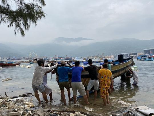 Miền Trung: Người dân hối hả chạy đua chống bão số 5 - Ảnh 11.