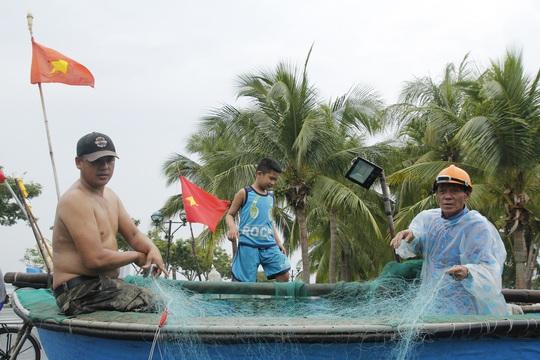 Miền Trung: Người dân hối hả chạy đua chống bão số 5 - Ảnh 17.